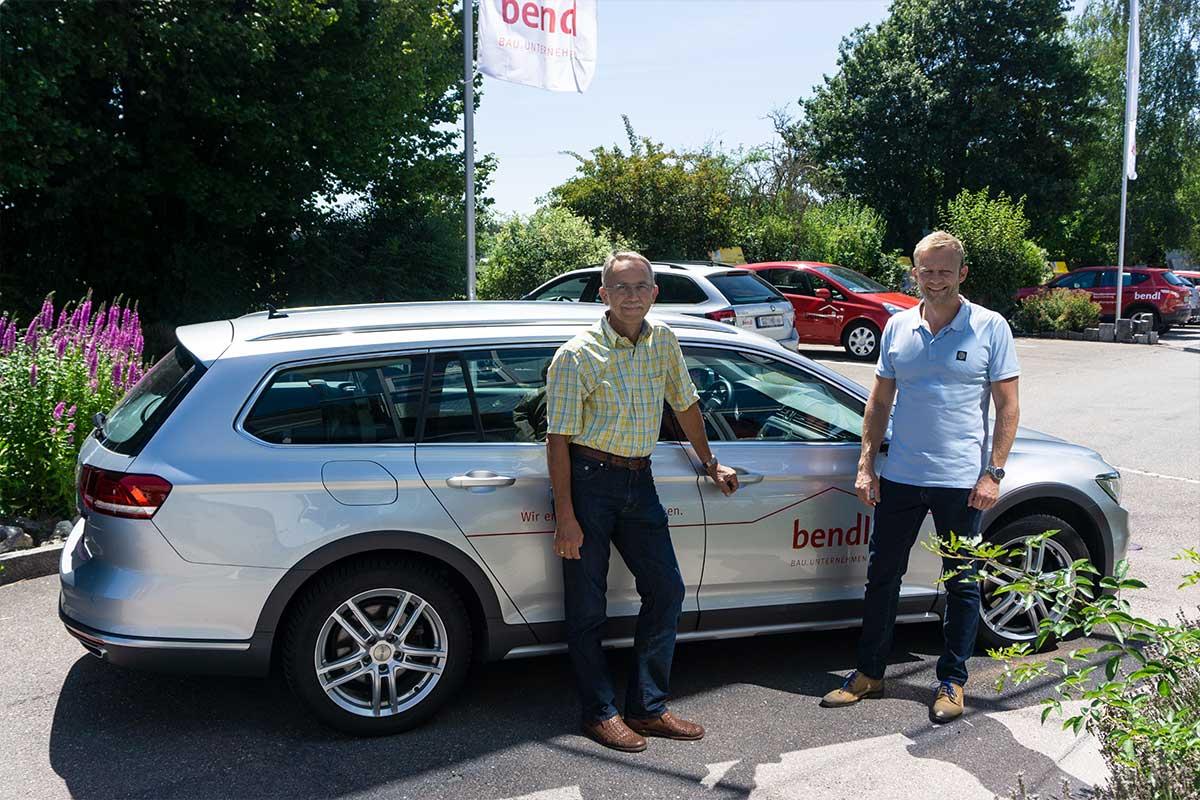 Technischer Leiter Anton Schäffler von der bendl Kanalsanierung freut sich über sein neues Auto.