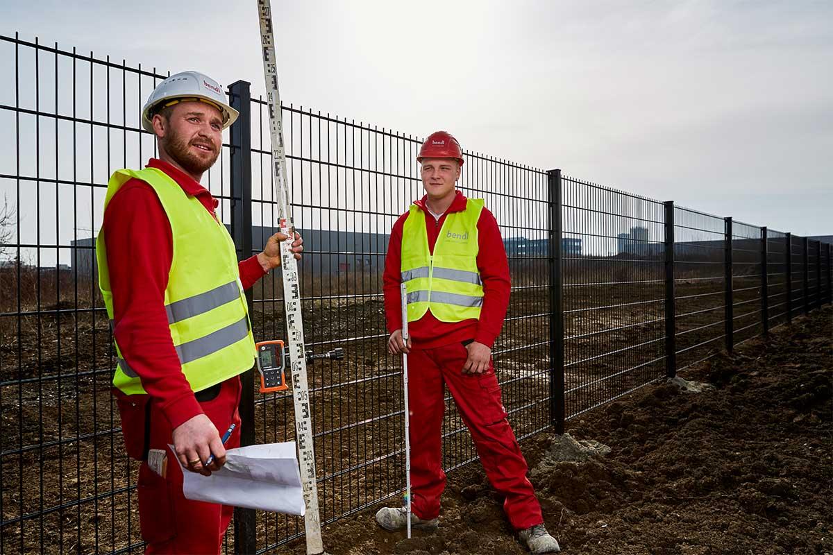 Vermessungspunkte auf dem Gelände laut Plan kennzeichnen. Bauunternehmen bendl aus Günzburg.