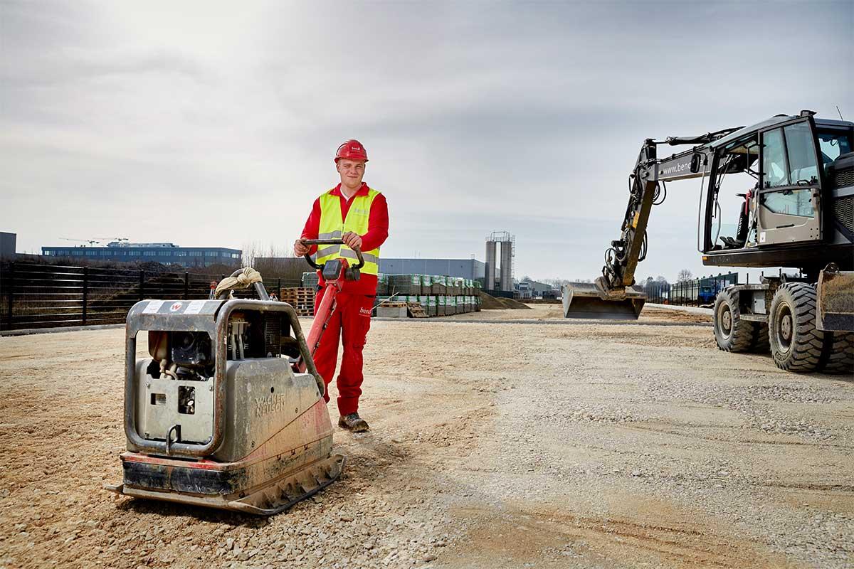 Damit der Boden richtig verdichtet ist, bearbeitet Azubi Marcel die Oberfläche. Bauunternehmen bendl aus Günzburg.