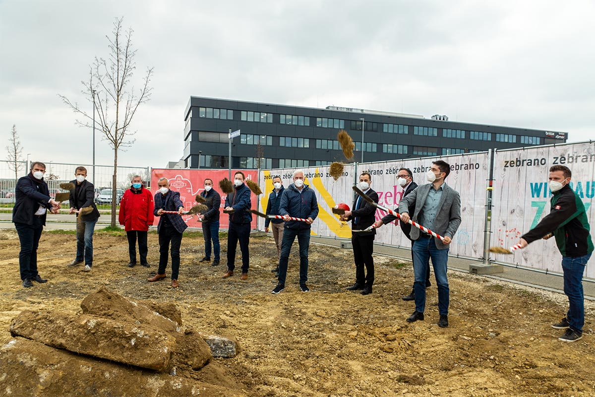 Die Firma Zebrano feiert Spatenstich für ihre neue Werkhalle samt Verwaltungsgebäude in Leipheim.