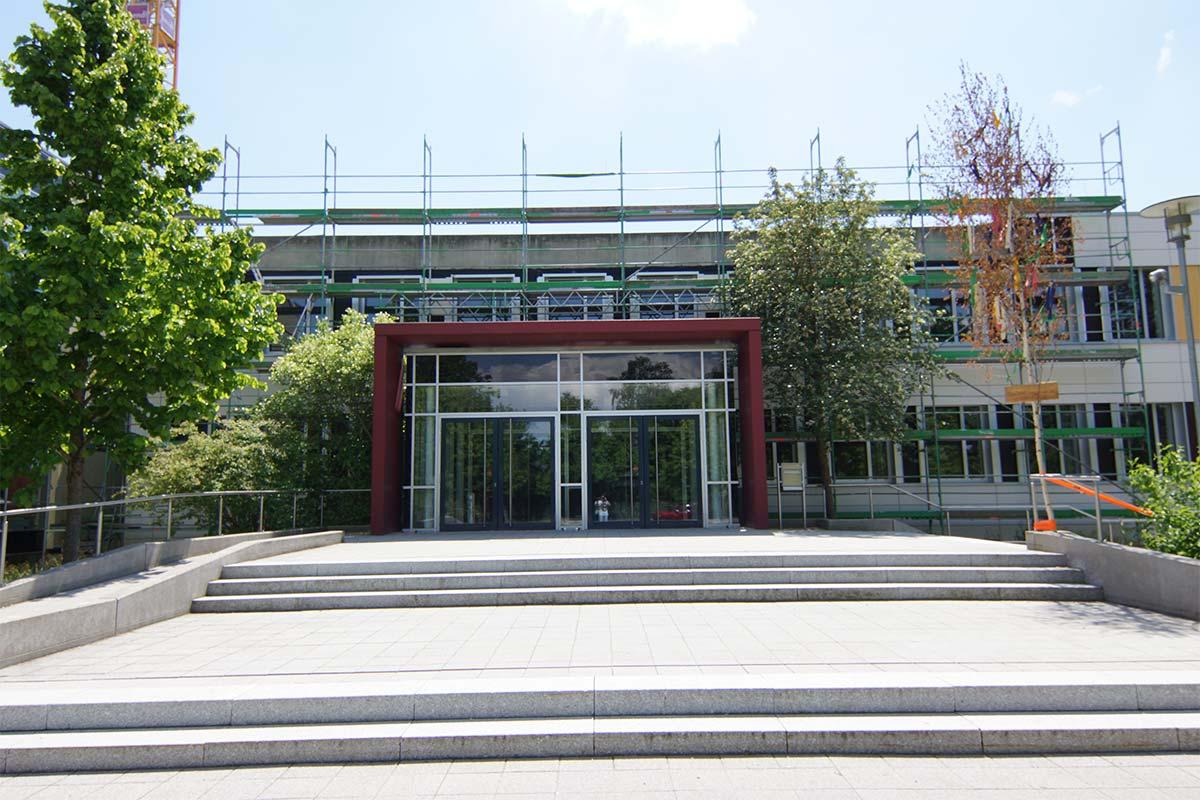 Auch bei diesem Umbau und der Erweiterung des Dossenberger Gymnasiums unterstützt das bendl Team sehr gerne.